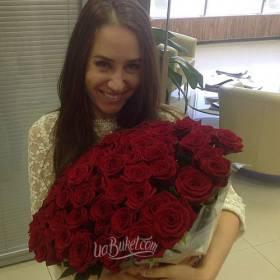 Счастливая получательница с красными розами - фото
