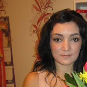 Девушка с букетом тюльпанов и хризантем - фото