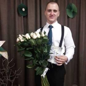 Именинник с букетом импортных роз - фото