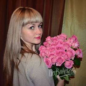 Девушка с букетом роз Аква - фото