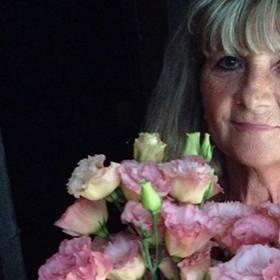 Получательница с букетом розовых эустом - фото
