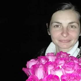 Девушка с розовыми розами - фото