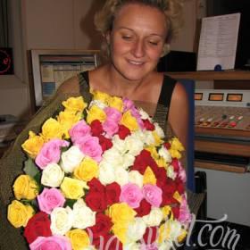 Разноцветные розы с доставкой для получательницы - фото