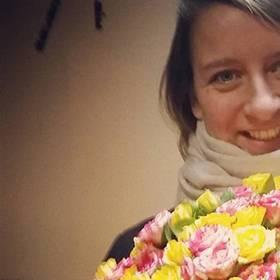 Девушка с букетом из кустовых роз - фото