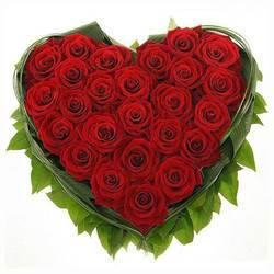 Красные розы в форме сердца