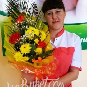 Букет роз и хризантем доставлен девушке на работу - фото