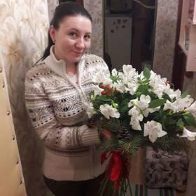 Получательница с новогодним букетом - фото