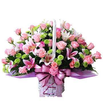 Прелестные цветы в светлом кашпо