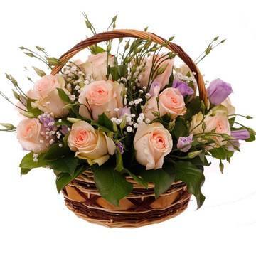 очаровательные розовые розы в корзине с эустомой.jpeg