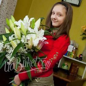 Белые лилии для счастливой получательницы - фото