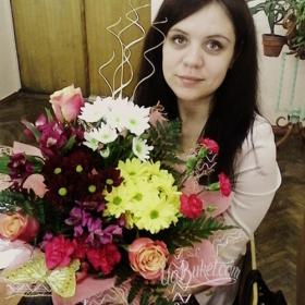 Получательница с букетом из роз, хризантем и гвоздик - фото