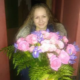 Девушка с букетом из розовых роз и ирисов - фото