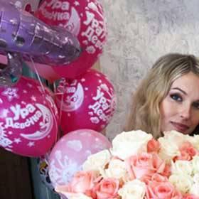 Девушка с букетом из белых и розовых роз - фото