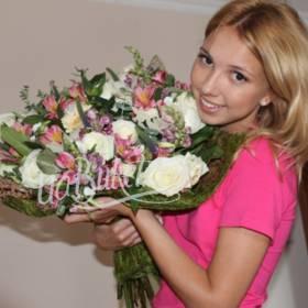 Девушка с букетом роз, альстромерий и гербер