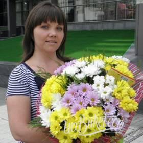 Получательница с букетом разноцветных хризантем- фото