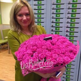 Получатель с большим букетом роз Аква - фото