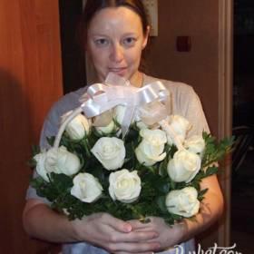 Получательница с корзиной белых роз - фото