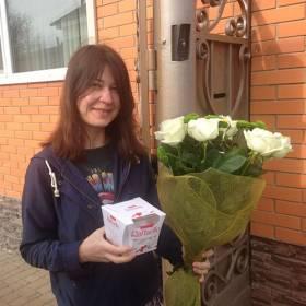 Девушка с розами Аваланч и коробкой Раффаелло - фото