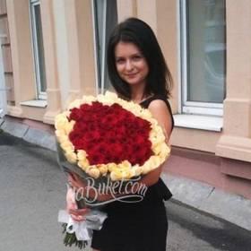 Девушка с букетом роз - фото