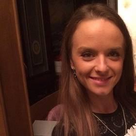 Девушка с букетом ромашек - фото