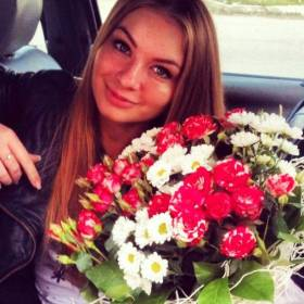 Девушка с букетом роз и хризантем - фото