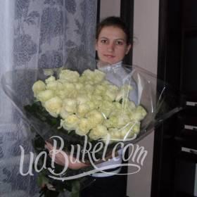 Девушка с букетом белых роз - фото