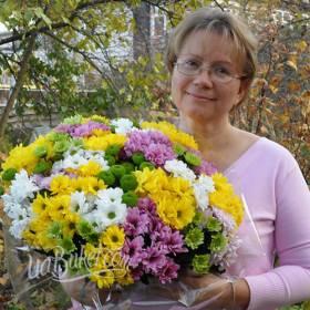 Получательница с букетом разноцветных хризантем - фото