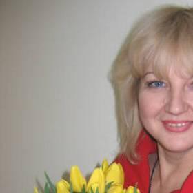 Счастливая именинница с букетом тюльпанов - фото