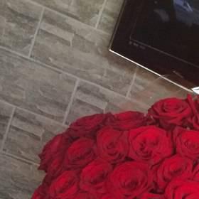 Большой букет красных роз для очаровательной получательницы - фото