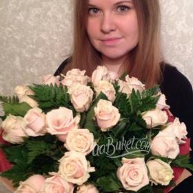 Девушка с букетом кремовых роз - фото