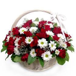 Корзина белых и красных цветов