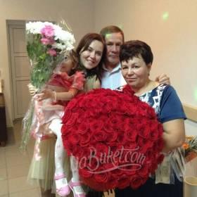 Большой букет роз и хризантем для получателей - фото
