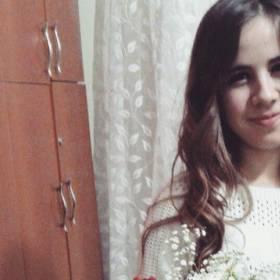 Девушка с букетом хризантем и гвоздик - фото