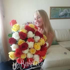 Счастливая именинница с букетом разноцветных роз - фото