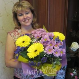 Получательница с букетом хризантем, гербер и ирисов - фото
