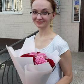 Получательница с букетом красных и розовых роз - фото