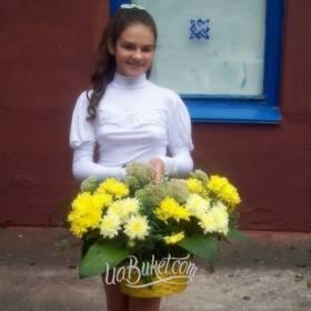 Девушка с корзиной хризантем - фото