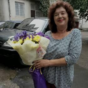 Получательница с букетом из ирисов и хризантем - фото