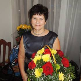 Корзина из роз и хризантем для любимой бабушки - фото
