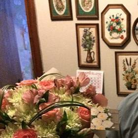 Получатель с букетом из роз и хризантем - фото