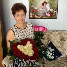 Композиция из роз в форме сердца для получательницы - фото