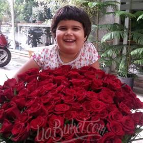 Огромный букет роз для юной именинницы - фото