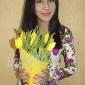Девушка с букетом желтых тюльпанов - фото