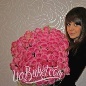 Именинница с букетом розовых роз - фото
