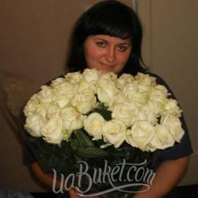 Получатель с букетом белых роз  - фото
