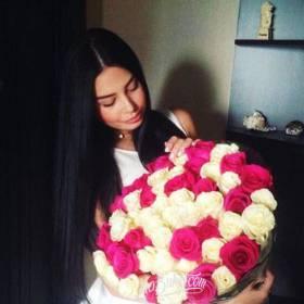 Девушка с букетом белых и розовых роз- фото