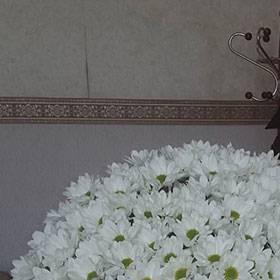 Получательница с букетом ромашек - фото