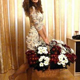 Девушка с большой корзиной красных и белых хризантем - фото