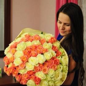 Девушка с большим букетом оранжевых и белых роз - фото