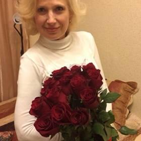 Получатель с букетом бордовых роз - фото